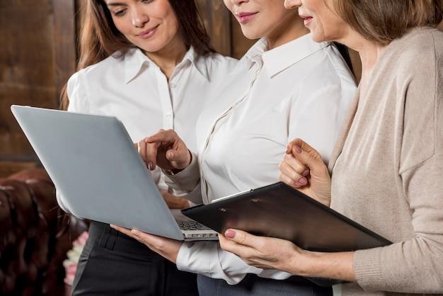 Reunión de mujeres de negocios de primer plano