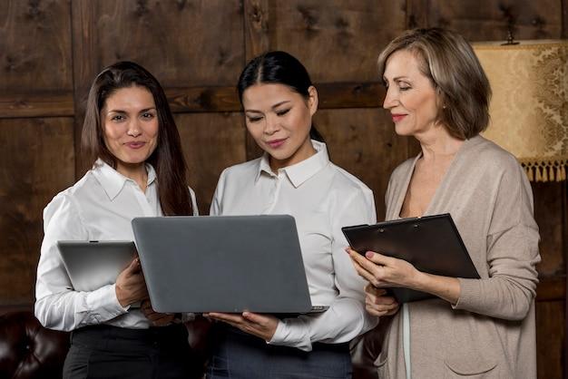 Reunión de mujeres de negocios