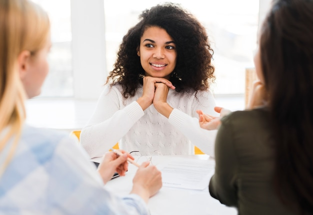 Reunión de mujeres en la oficina