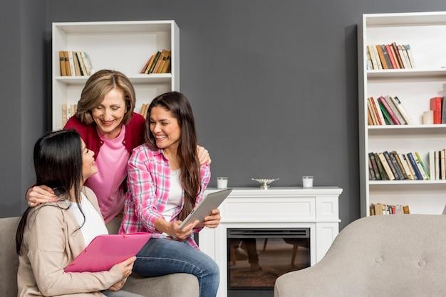 Reunión de mujeres sonrientes en casa