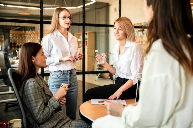 Reunión de negocios de alto ángulo en la oficina