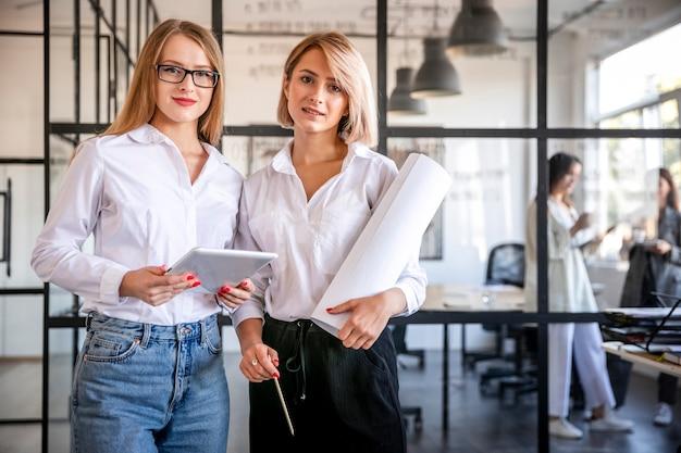 Reunión de negocios de bajo ángulo con mujeres
