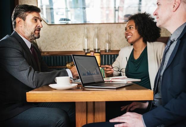 Reunión de negocios en un café