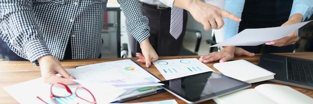 Reunión de negocios de colegas en la mesa de trabajo en la oficina
