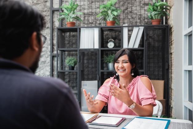 Reunión de negocios entre dos propietarios de una empresa nueva