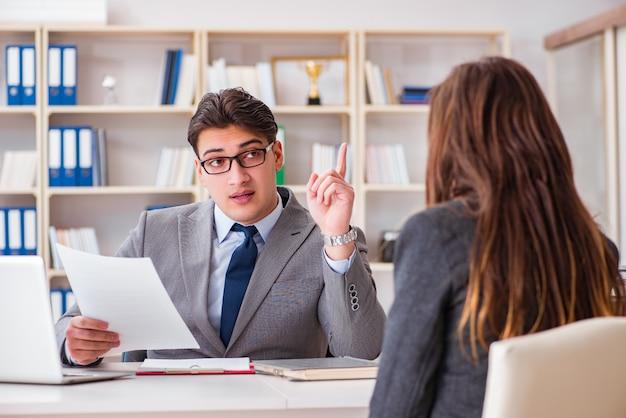 Reunión de negocios entre empresario y empresaria