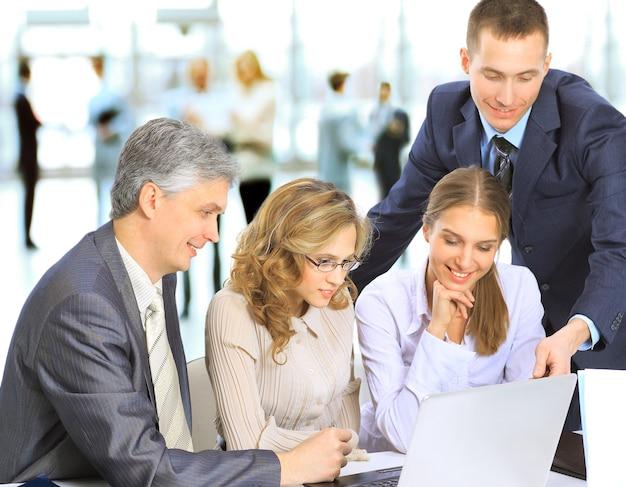 Reunión de negocios: gerente discutiendo el trabajo con sus colegas