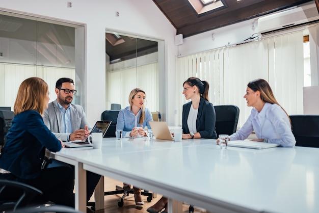Reunión de negocios en la moderna sala de juntas.