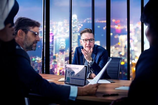 Reunión de negocios en la noche