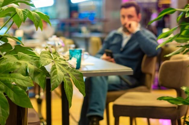 Reunión de negocios en restaurante antes de un acuerdo exitoso b