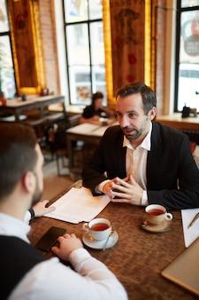 Reunión de negocios en restaurante de lujo