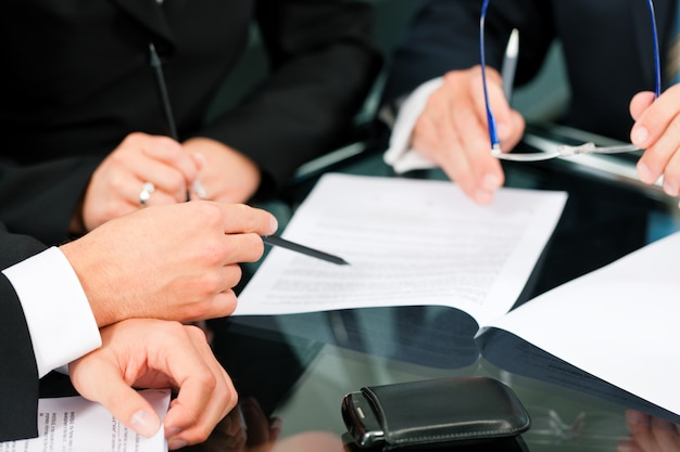 Reunión de negocios con trabajo por contrato