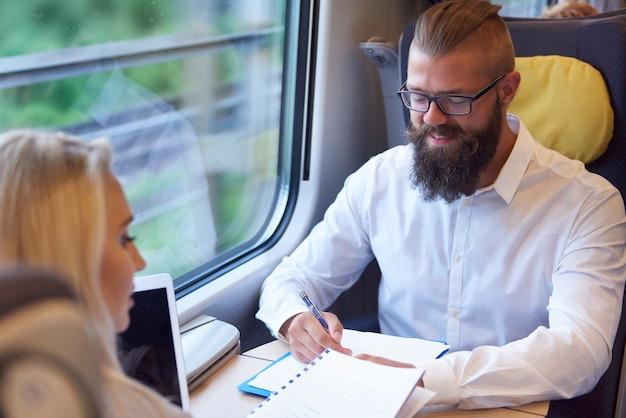 Reunión de negocios durante el viaje en tren.