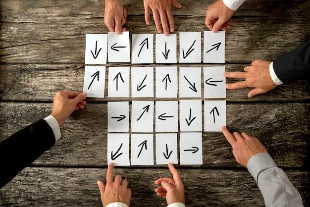 Reunión de ocho socios comerciales, cada uno de los cuales presenta su punto de vista e idea sobre cómo dirigir una organización