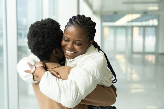 Reunión de pareja en el aeropuerto