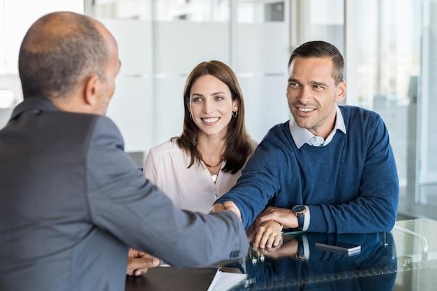 Reunión de pareja con asesor financiero