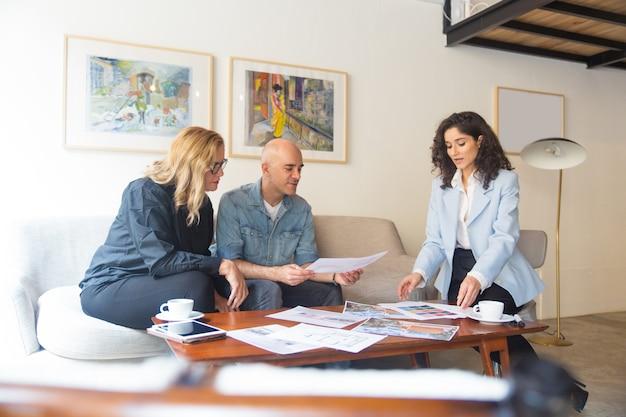 Reunión de pareja de mediana edad con diseñador de interiores