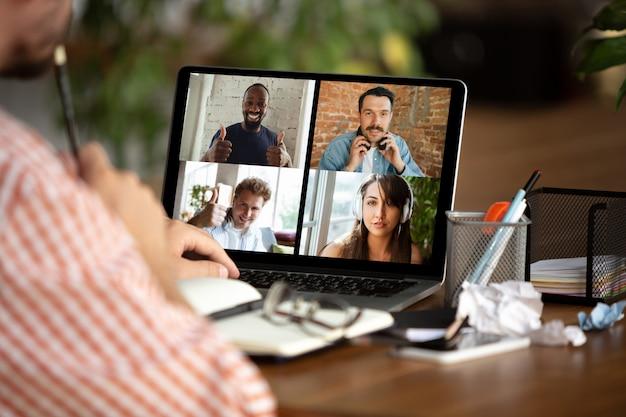 Reunión remota hombre trabajando desde casa durante el coronavirus o la cuarentena covid-19, concepto de oficina remota.