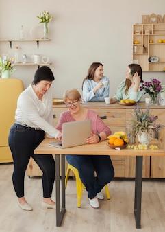 Reunión social femenina en interiores