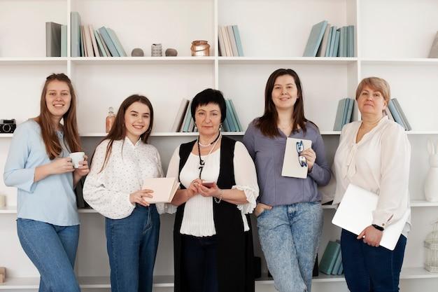 Reunión social femenina pasar tiempo juntos