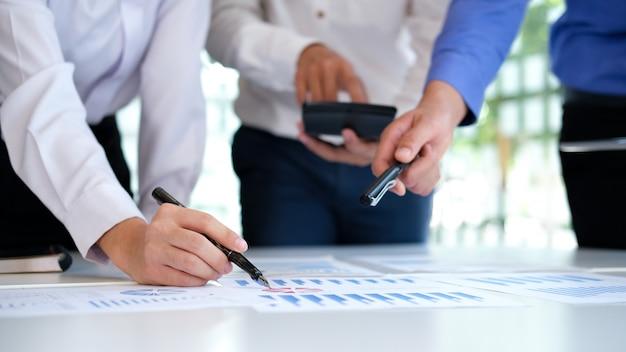 Reunión de trabajo en equipo de empresarios para discutir la inversión.
