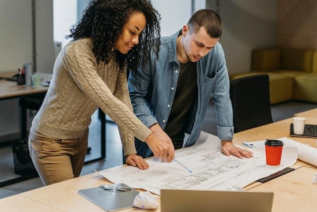 Reunión de trabajo en equipo con gente de negocios