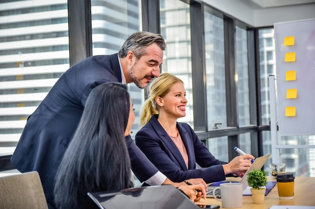 Reunión de trabajo del equipo de negocios en la planificación de la oficina éxito de marketing