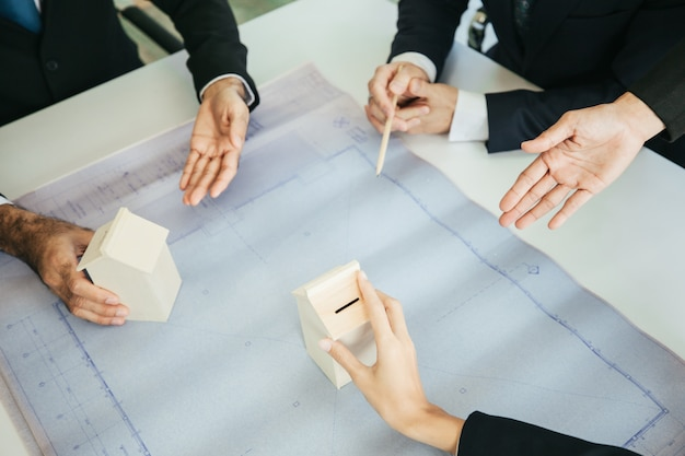 Reuniones de equipos y reuniones con socios comerciales.
