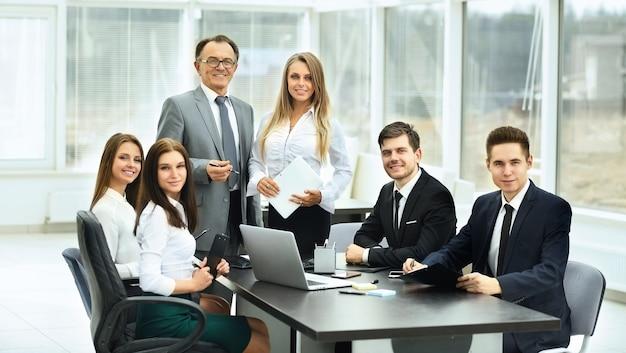 Reuniones con socios comerciales en la oficina moderna