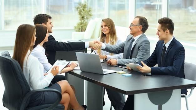 Reunirse con socios comerciales en una oficina moderna