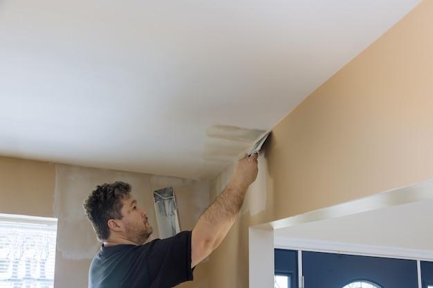 Revestimiento de pared de yeso masilla de yeso en la pared en la renovación interior de una casa