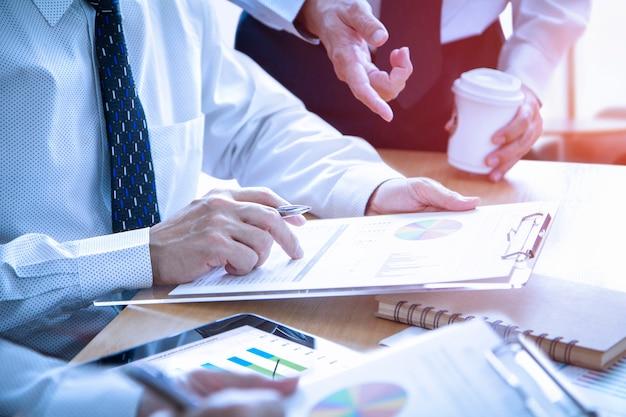 Revisando un informe financiero en el retorno de análisis de inversión.