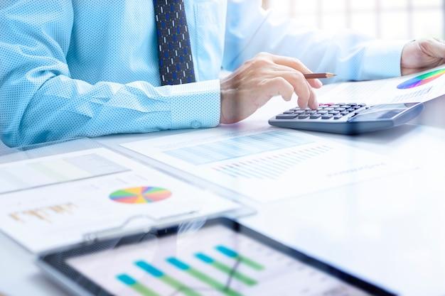 Revisando un informe financiero en el retorno de análisis de inversión
