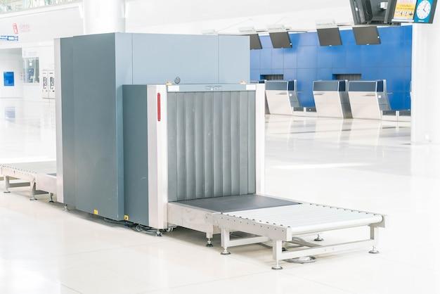 Revise el equipaje en el escáner de rayos x del aeropuerto