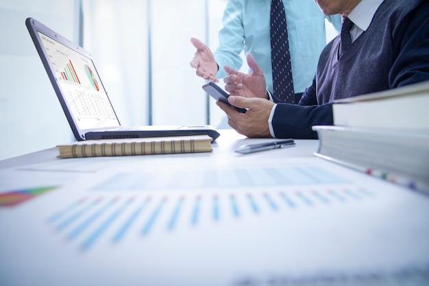 Revisión de estados financieros y desempeño del negocio.