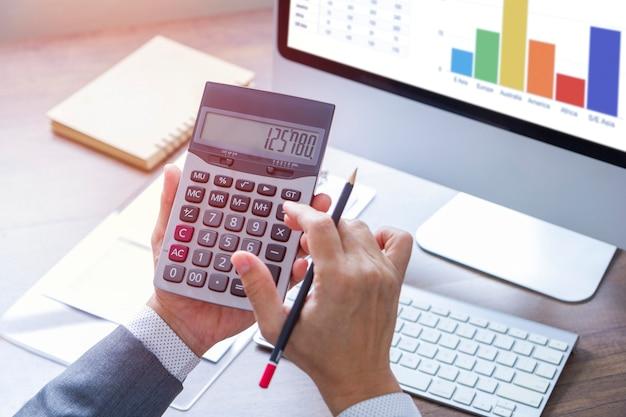 Revisión de un informe financiero en el retorno de análisis de inversión