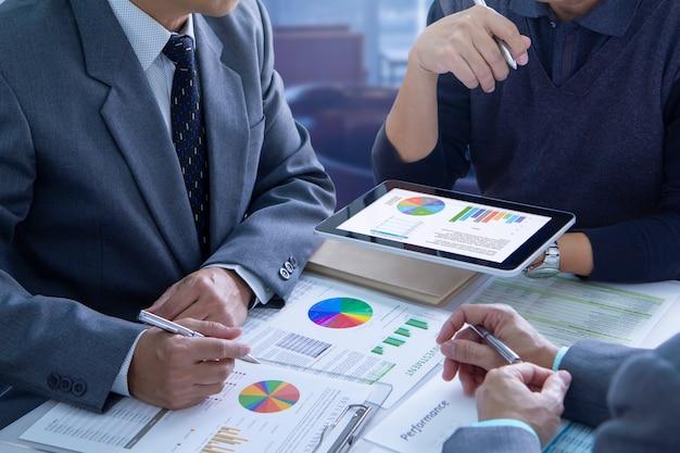 Revisión de informes financieros en el análisis del retorno de la inversión.