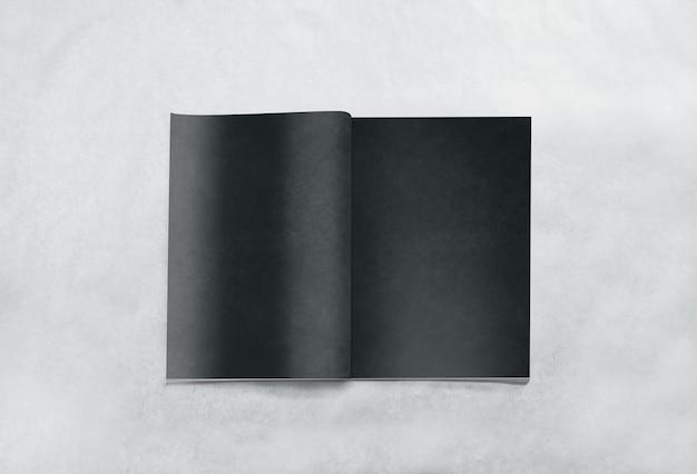 Revista abierta en blanco páginas negras