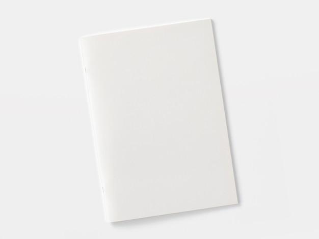 Revista en blanco o folleto aislado en blanco.
