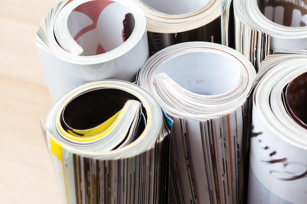 Revista brillante con páginas enrolladas