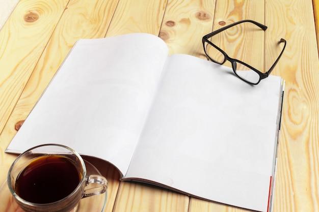 Revista o catálogo en una mesa de madera.