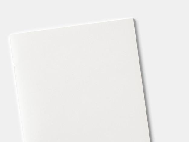 Revista de retrato en blanco o folleto aislado en blanco.