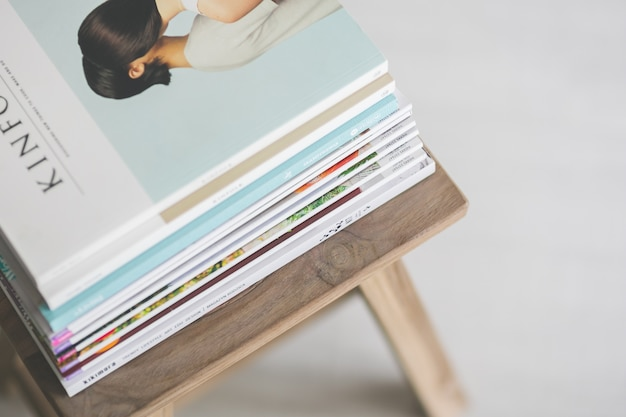 Revistas encima de una silla de madera