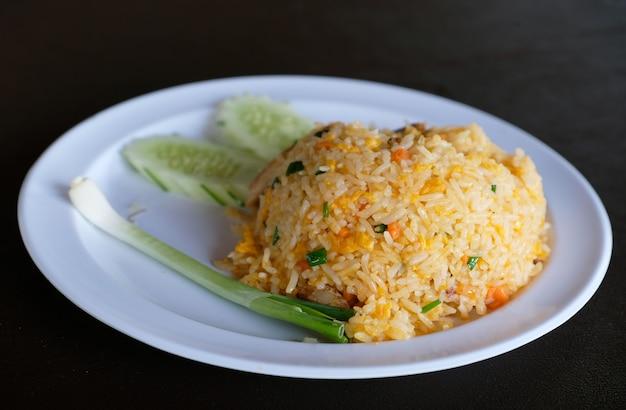 Revuelva el arroz de cangrejo frito en un plato blanco
