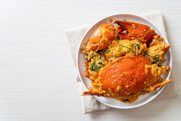 Revuelva el cangrejo frito con curry en polvo. estilo de mariscos