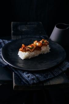 Revuelva los chiles fritos con arroz.