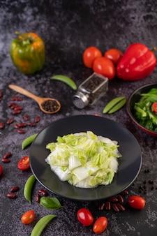 Revuelva la col china frita con salsa de ostras.