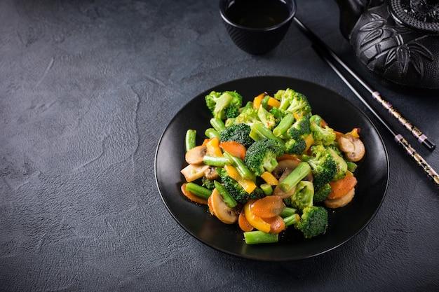 Revuelva las verduras fritas
