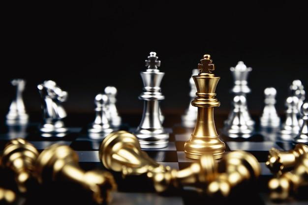 Rey del ajedrez dorado que salió de la línea, concepto de liderazgo y gestión estratégica del equipo empresarial.
