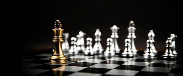 Rey de ajedrez de pie con equipo de ajedrez plateado